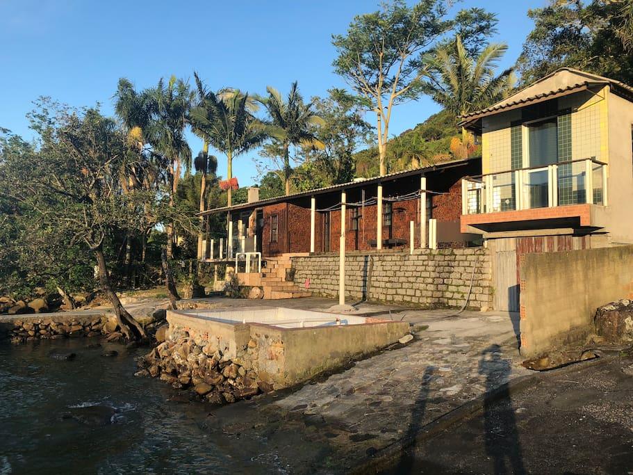 Casas maior e menor vistas do mar.