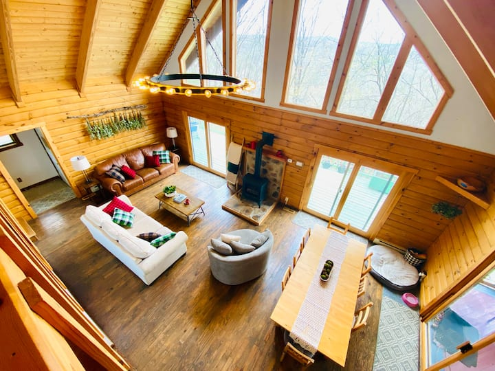Cozy Creekview Cabin - Berkeley Springs, WV
