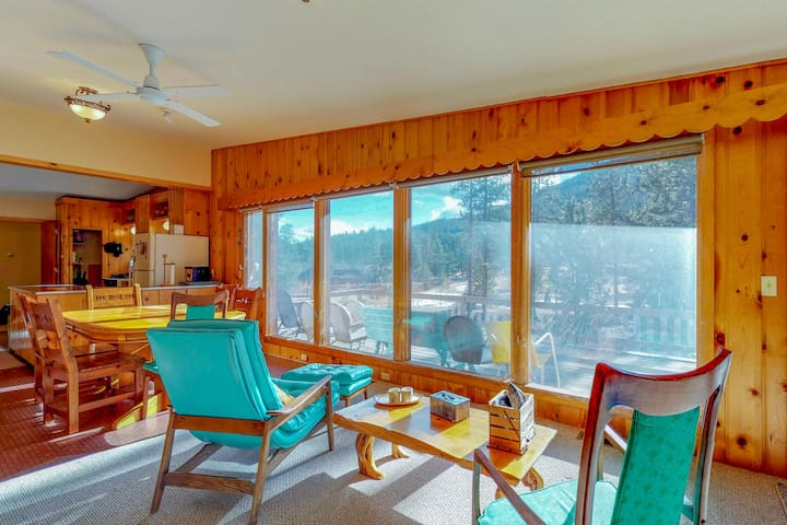 Cozy, mid-century cabin w/ mountain views - on the river & dogs are welcome!