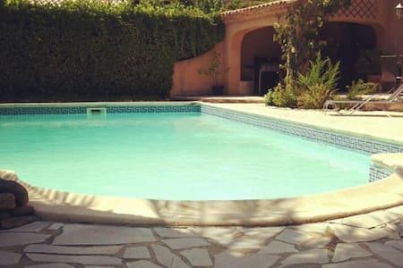 Grande maison au calme avec piscine - Saint-Mitre-les-Remparts