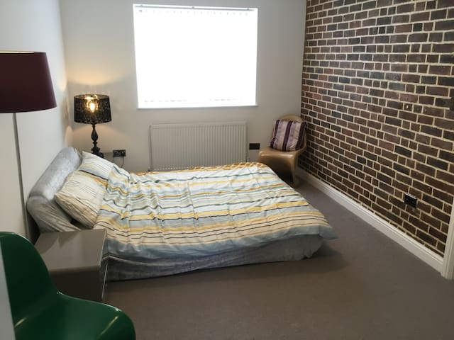 Beautiful double bedroom with private bathroom/WC