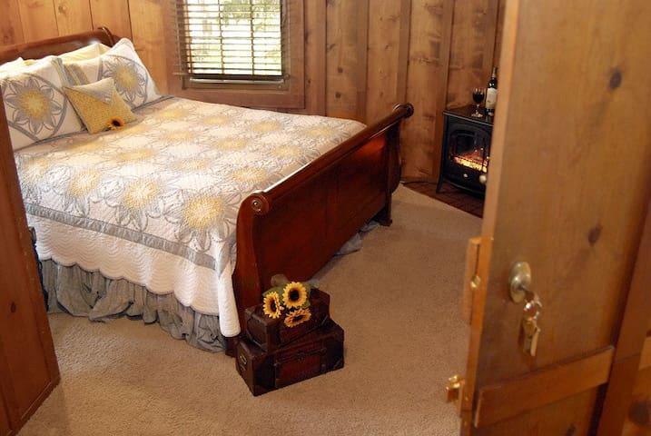 Ramona Room in Rocky Mountain Lodge B&B - Cascade - Bed & Breakfast