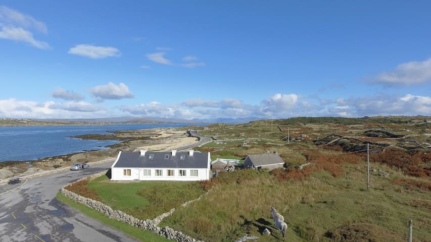 South Connemara by the sea. - Galway - Hus