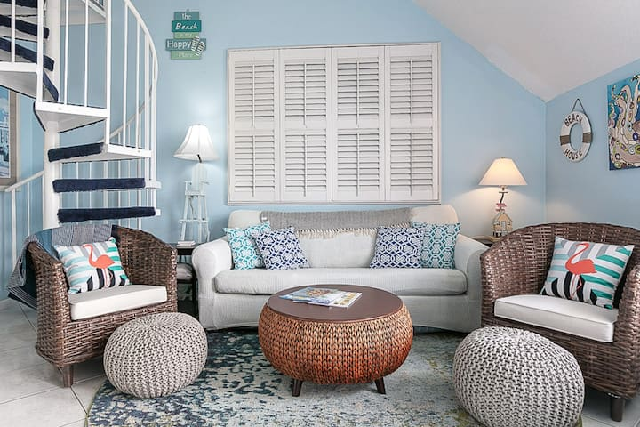Condo w/ private patio, amazing beach views, and new furnishings!