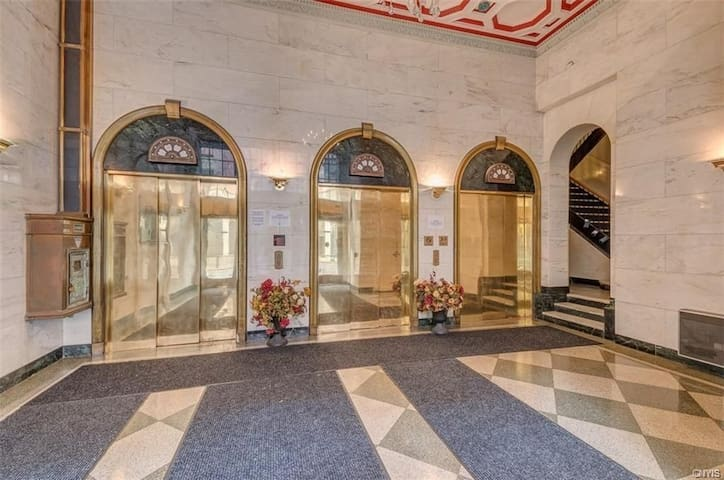 Beautiful 2-bdrm apt in Landmark bldg.