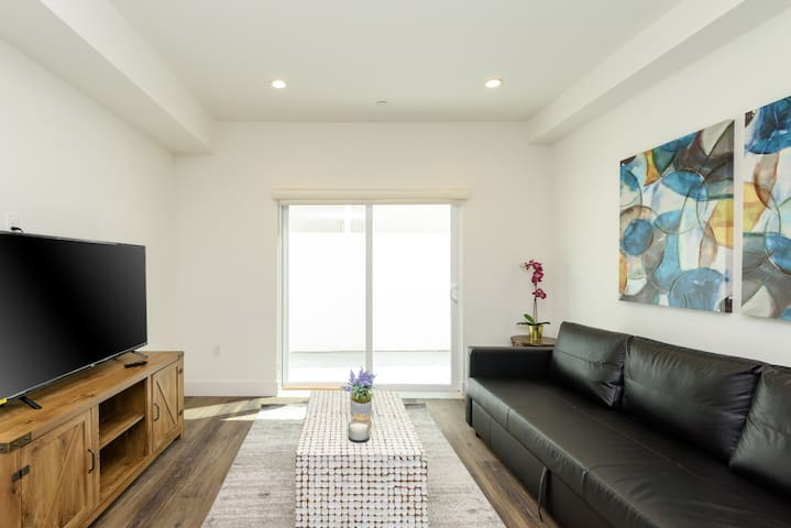 GLOWING 2 BEDROOM IN THE HEART OF HOLLYWOOD