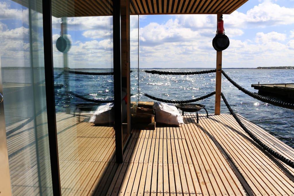 hausboot ht6 mit kamin und schwimmende terrasse. Black Bedroom Furniture Sets. Home Design Ideas
