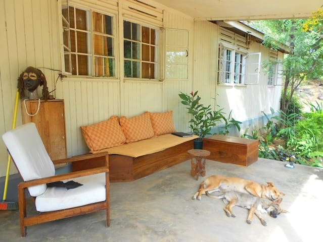 White room in house with verandah - Mwanza - Bed & Breakfast