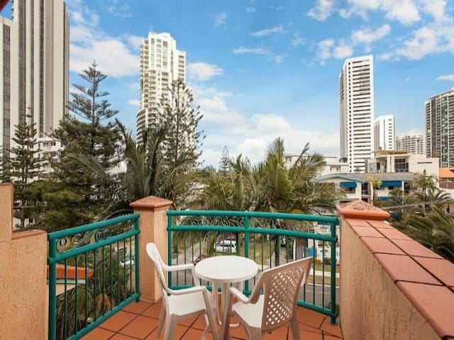 Central Broadbeach!Clean modern studio apartment - Broadbeach - Apartment