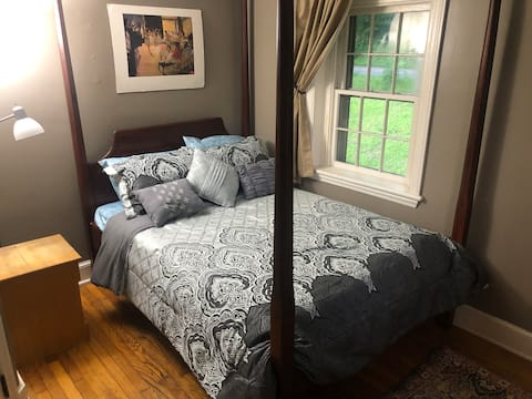 Peaceful Cozy Room in Historic Birchrunville
