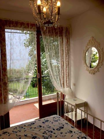 """Kamer 1 met 1  twee persoons bed en balkon met uitzicht op de prachtige zee, """"de Golf van Saronida """""""