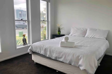 Queen White room in brand new house Birtinya