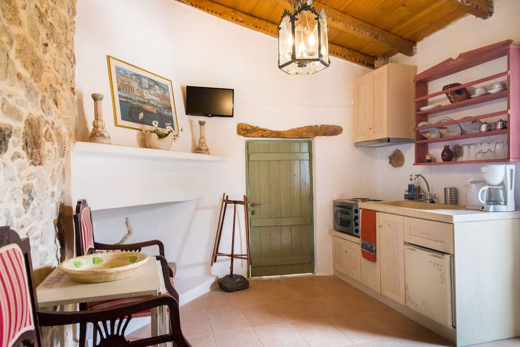 Elegant room with traditional furniture. It has a private WC with shower, a large fireplace, a beautiful kitchenette with fridge and a private entrance.