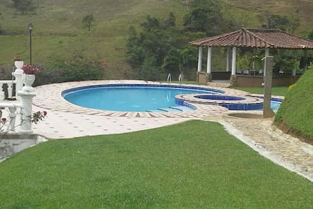 Surrounded by nature in barbosa with private pool - Barbosa - エコロッジ