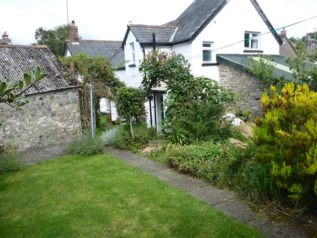 Cosy Cottage sleeps 6, village edge of Dartmoor