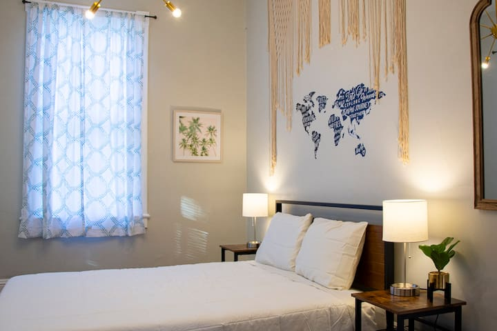 Paradise Room🌴 In the Heart of Historic Savannah