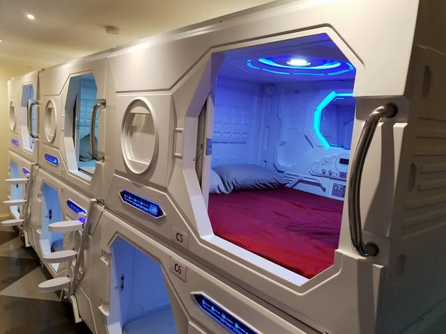 Science Fiction Capsule Double Room Free Breakfast