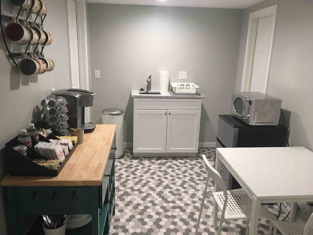 Spacious private suite w/ kitchenette next to park
