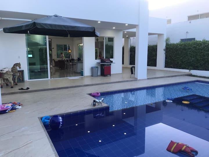 Casa con piscina privada y jacuzzi cerca Girardot