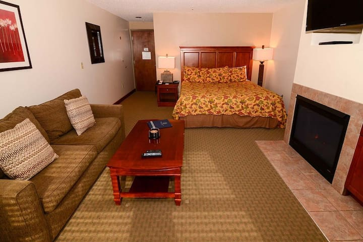 A124- studio standard view suite, king size bed, kitchenette, free WiFi!