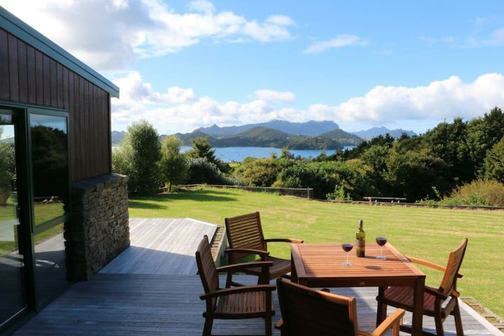 Queen bed/ensuite- harbour view. Whangarei Heads