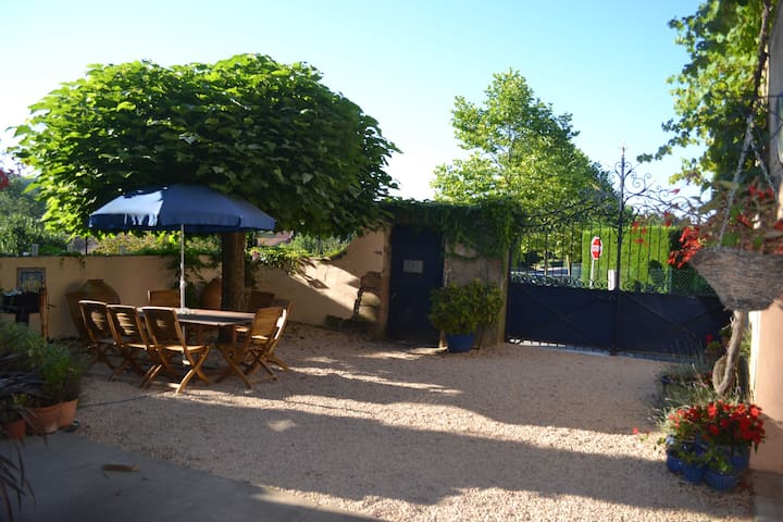 Les Portails Bleus, B&B with swimming pool