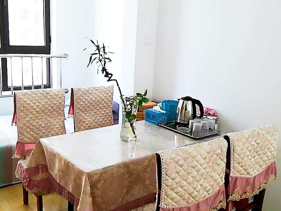 漂亮的餐桌,才配的起美味佳肴和朋友们的厨艺,坐在这里就尽情的享受美餐吧!