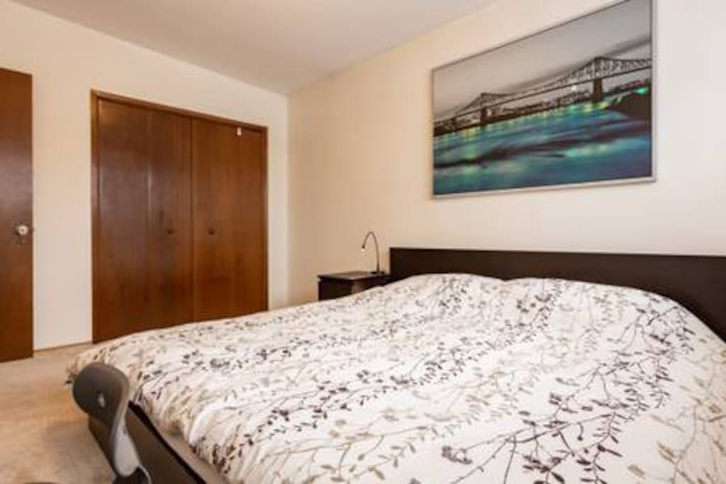 Spacious kingsize bed with spacious work space is waiting for you!