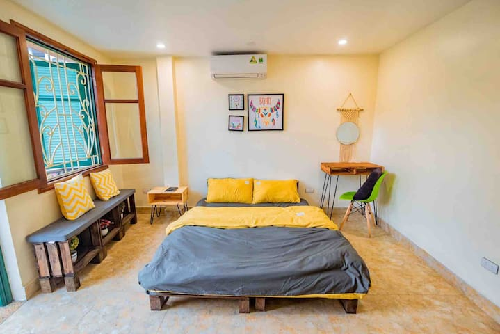 Yellow house 1.2- 2br Homy Apt -Private balcony