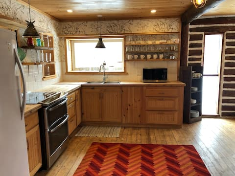 Exceptional Log Cabin - 3Bdrms + Full Kitchen