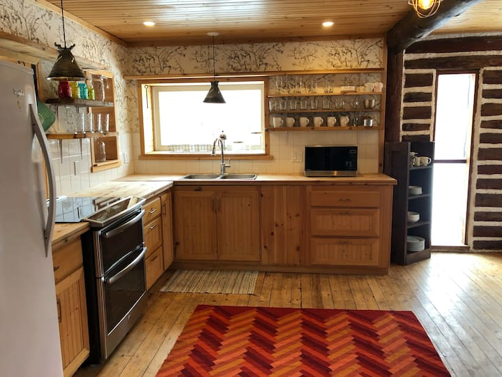 Exceptional Log Cabin - 3Bdrms + Full Kitchen