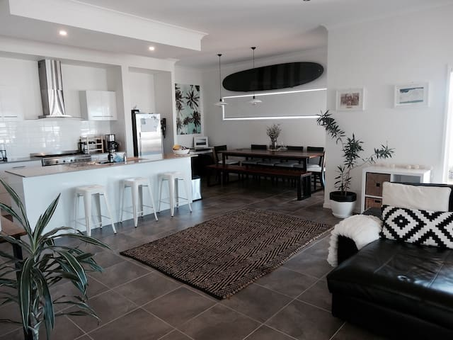 New 4bed home only mins to beach - Elanora - Haus