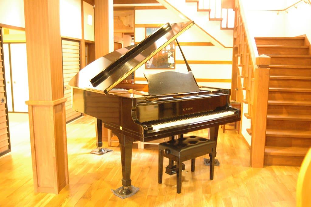 フロントにグランとピアノ設置