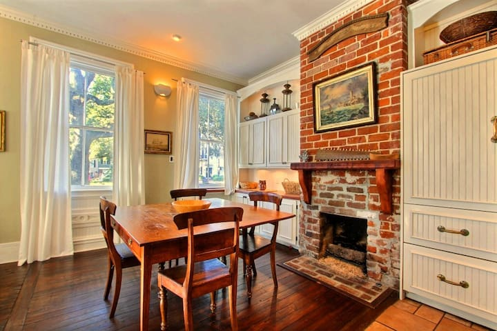 Bright & lux townhome primo location-Washington SQ - Savannah - Huis