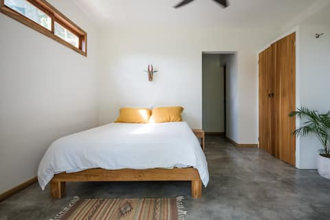 Queen room, close to town and the beach
