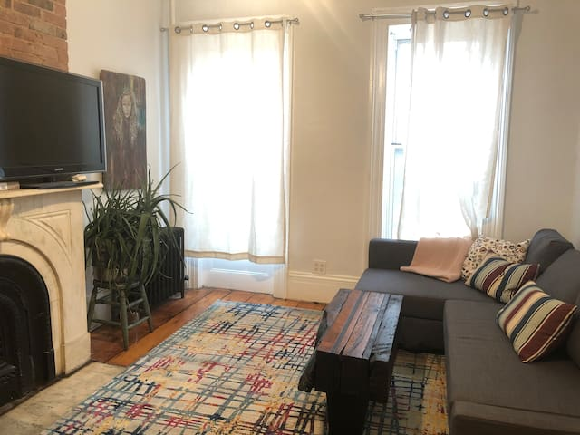 Cozy n' Bright Sanctuary in Lovely Carroll Gardens