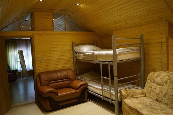 Vorzimmer im zweiten Stock mit Schlafgelegenheit