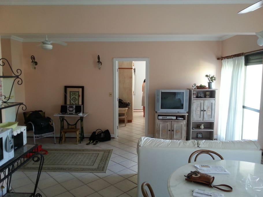 Sala e vista do quarto 1.