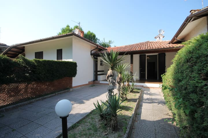 Villa with 2 Gardens,BBQ, 8 beds