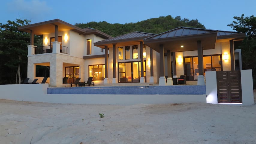 """Living Waters"" Camp Bay Luxury 4 Bedroom Villa - Bay Islands Department - House"