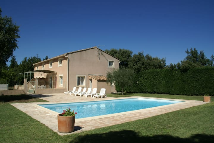Perfect holiday location for a large group, in the lovely Vaucluse region!