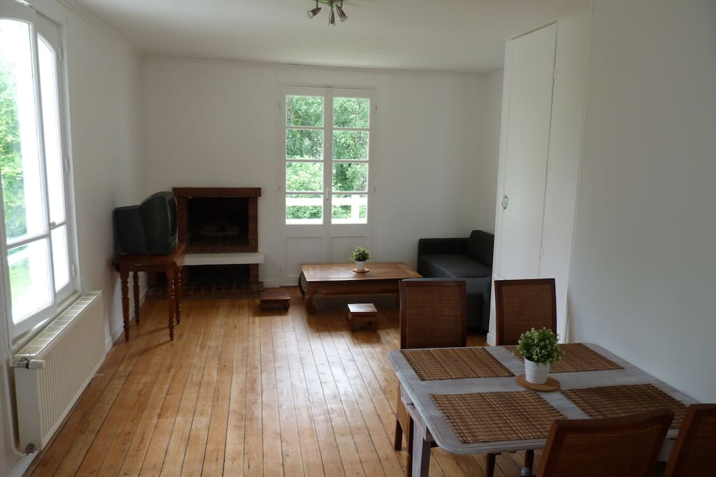 Séjour / salon 28 m² expo sud ouest avec balcon  English: Living / dining room 28 m² with balcony facing south west