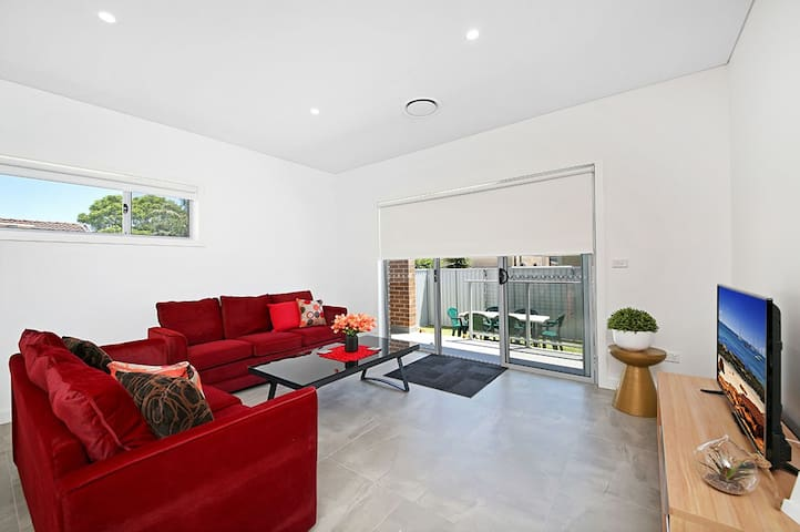 VILLA MERRYLANDS 7A - 5BDRM, SPACIOUS & MODERN - Merrylands West - Rivitalo