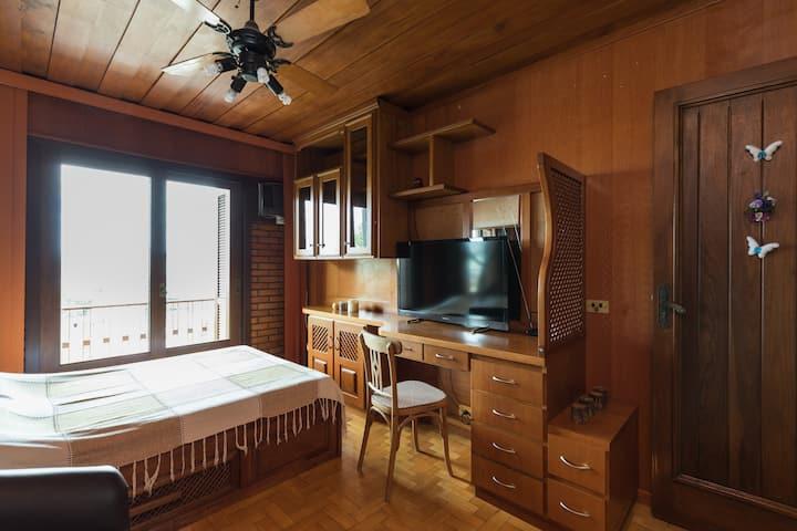 Q1- Quarto em linda casa, aconchegante e completa