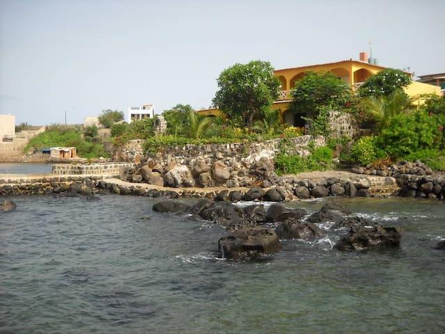 ile de n'gor grande maison devant la mer