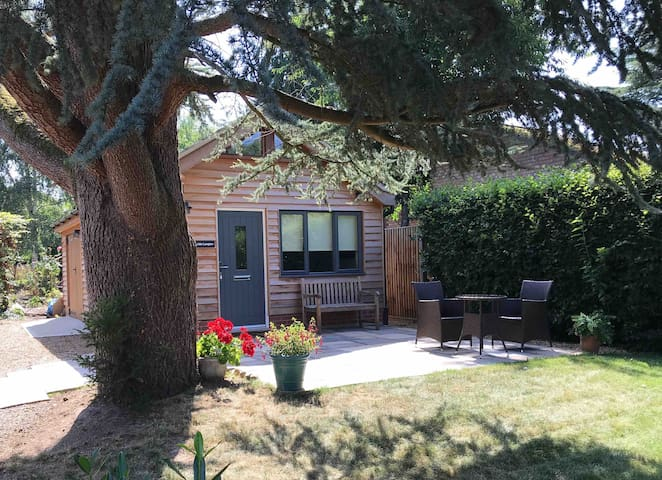 Aylsham secluded self contained garden room