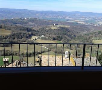 Appartamento con vista (terrazza  panoramica ) - Collazzone - Lägenhet