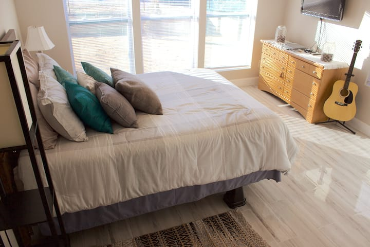 Ultra-Clean, Modern Stay - Private Bed & Bath