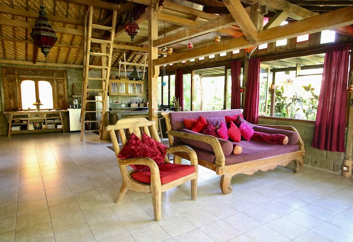 Amazing Teak Wood Villa- 100 mtr from Balian Surf