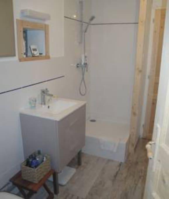 Salle de douche du logement de La Jeannette